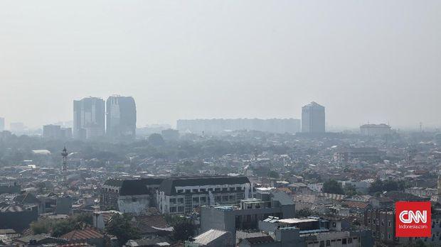 Suasana gedung Jakarta terlihat samar dari kawasan Tendean, Jakarta Selatan akibat polusi udara, Jakarta, Rabu, 9 Oktober 2019. Jakarta kembali bertengger di peringkat empat sebagai kota dengan kualitas udara terburuk di dunia pada Senin, 7 Oktober 2019, pagi. CNN Indonesia/Bisma Septalisma