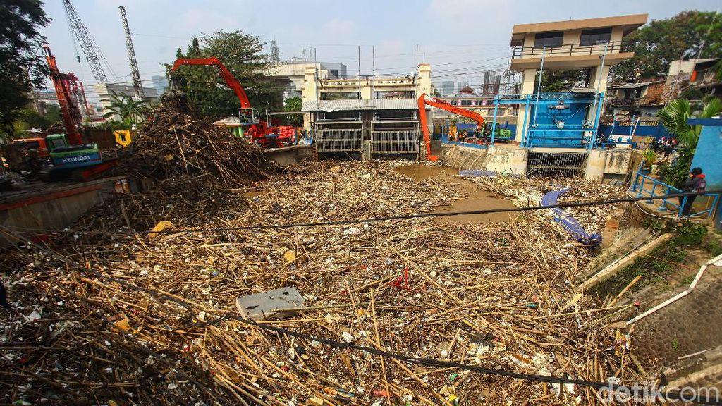 Tumpukan Sampah di Pintu Air Manggarai: Bambu hingga Manekin