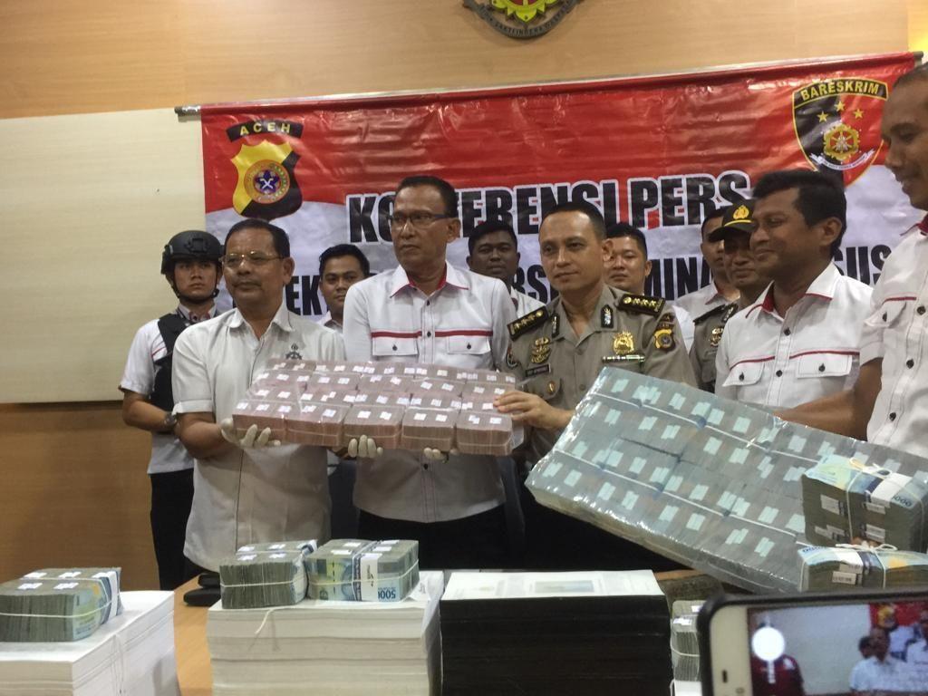 Polisi Pamer Uang Rp 2,3 M yang Disita dari Kasus Korupsi Perangkap Hama