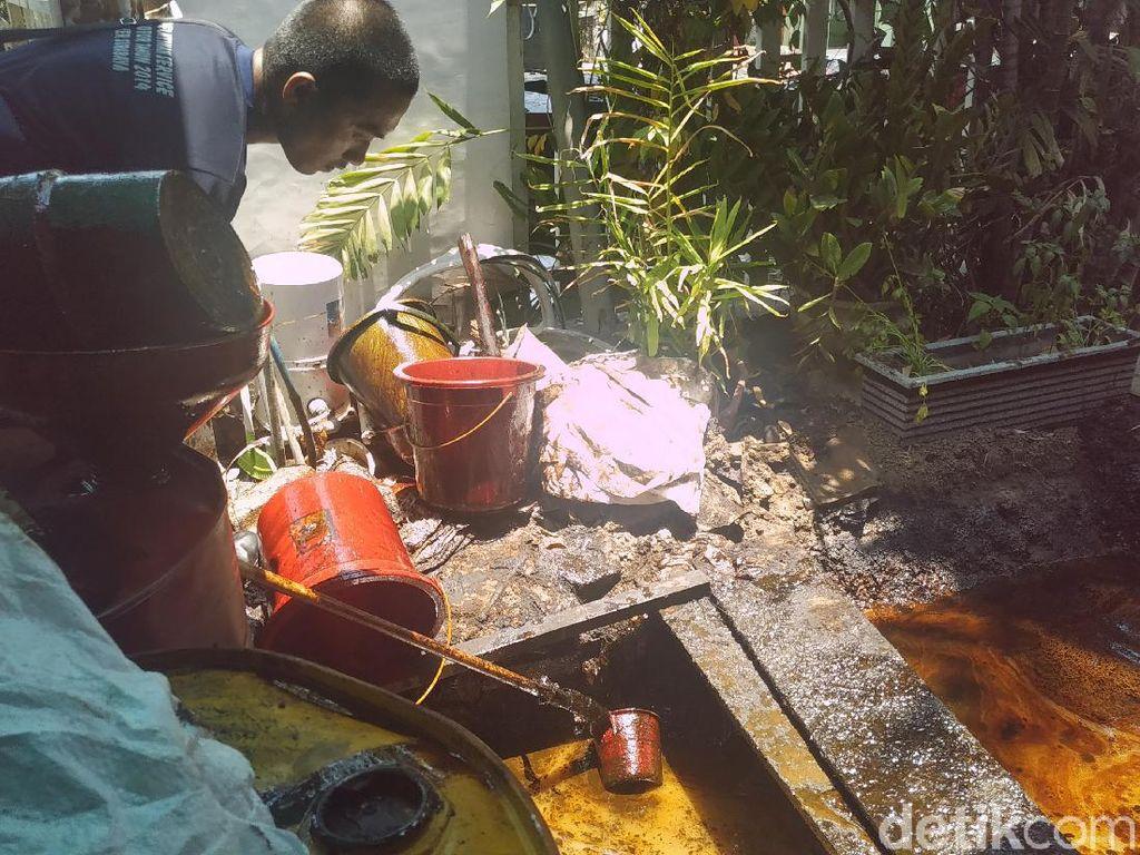 Minyak dan Air dari Sebuah Semburan di Surabaya Dipisahkan Manual