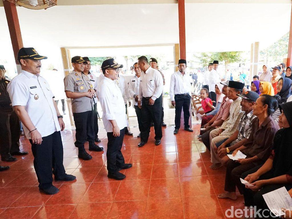 Pantau Pelaksanaan Pilkades Serentak, Bupati Anas Datangi 5 TPS