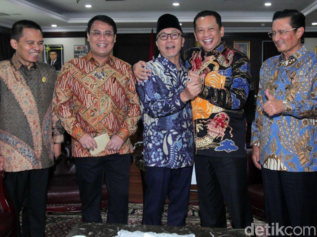 Senyum Para Pimpinan MPR di Rapat Perdana