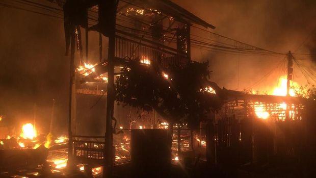 Api diduga berasal dari rumah Lengkian.