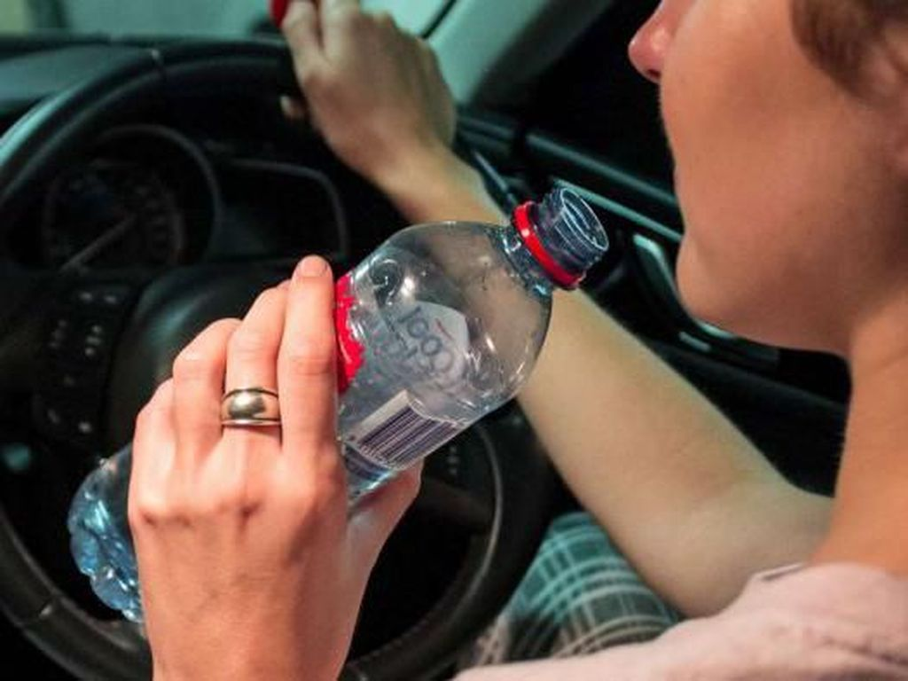 Minum Air Botolan Sambil Nyetir Didenda Rp 1,7 Juta di Brisbane