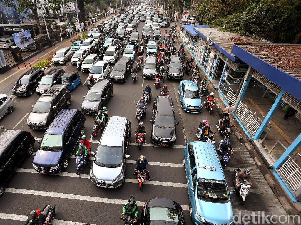 Kemacetan di Gambir Imbas Pengalihan Arus Lalu Lintas Demo