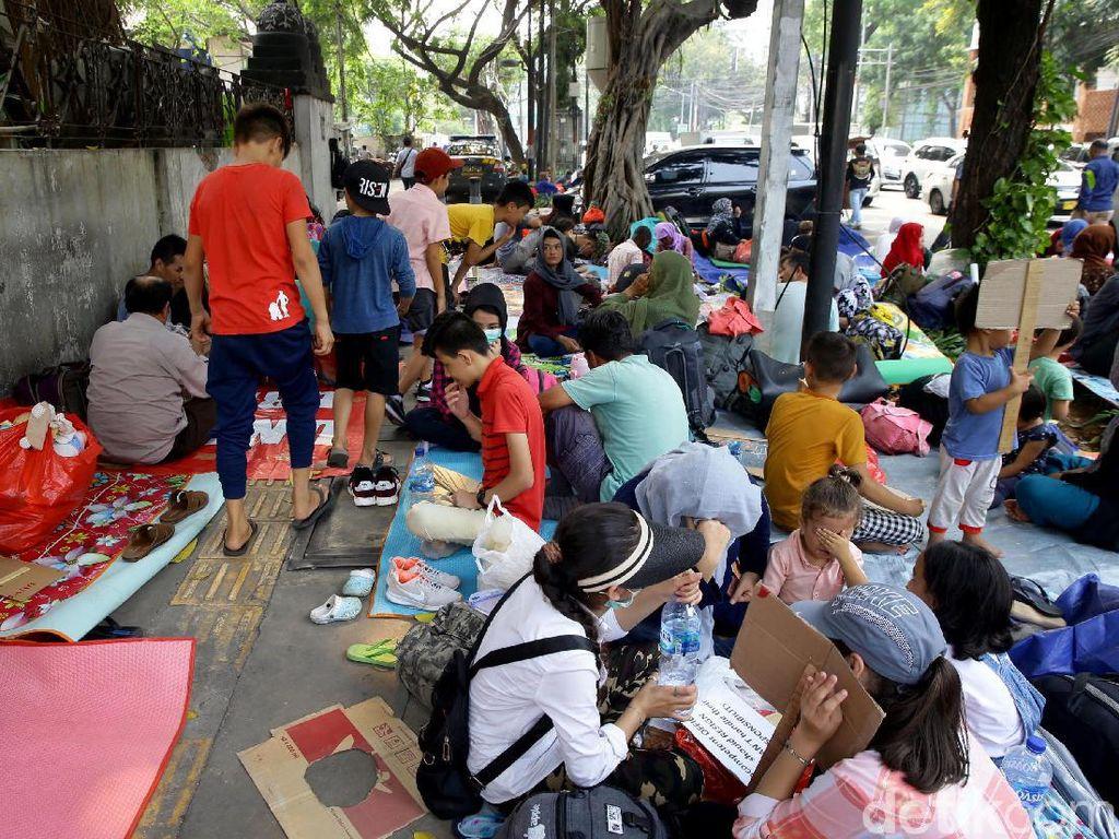 Potret Para Pencari Suaka Gelar Tikar di Depan Kantor UNHCR