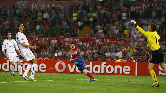 Lionel Messi mencetak gol ke gawang Manchester United (Laurence Griffiths/Getty Images)