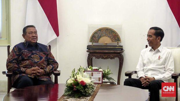 Presiden Joko Widodo menerima Presiden ke-6 RI Susilo Bambang Yudhoyono di Istana Merdeka, Jakarta, Kamis (10/10). Mereka melakukan pertemuan empat mata di ruang kerja presiden.
