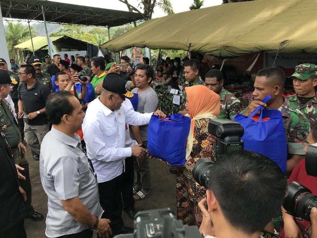 Datangi Pengungsi Ricuh Wamena di Jayapura, Menhan Beri Sembako