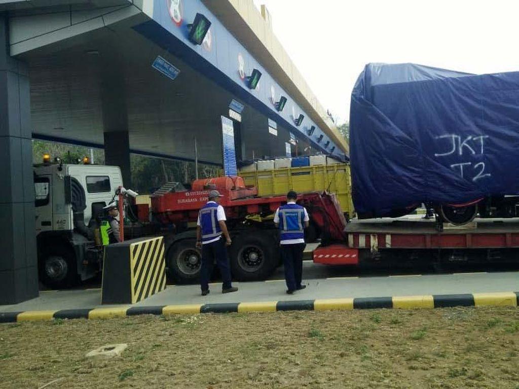 Pengiriman Kereta LRT Tertahan 1 Jam di Gerbang Tol Madiun