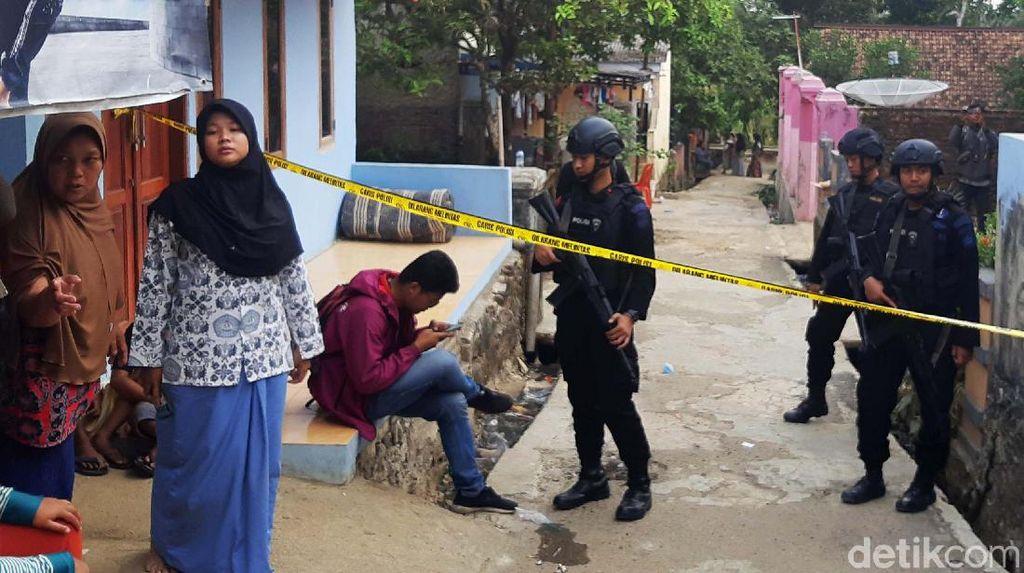 Polisi Bersenjata Jaga Rumah Kontrakan Penyerang Wiranto