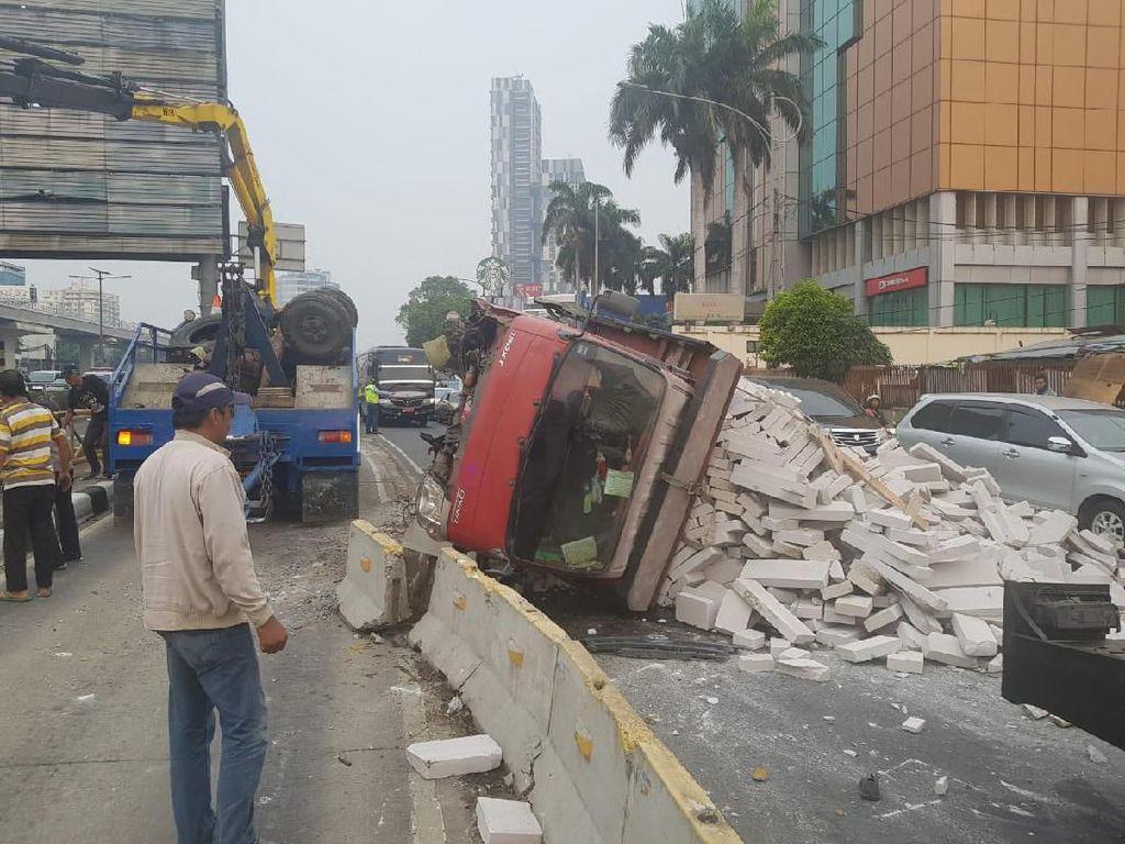 Ada Truk Terguling, Lalin Jalan MT Haryono Arah Cawang Padat