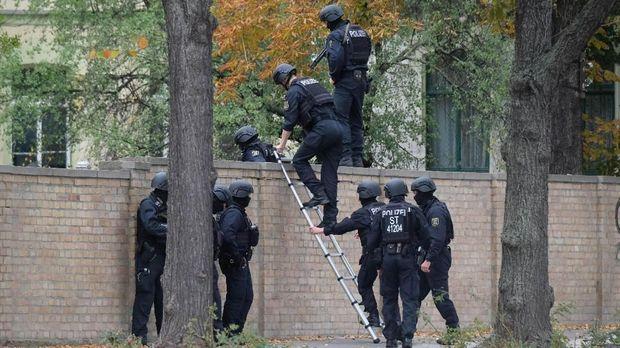 Ilustrasi penyerbuan polisi.