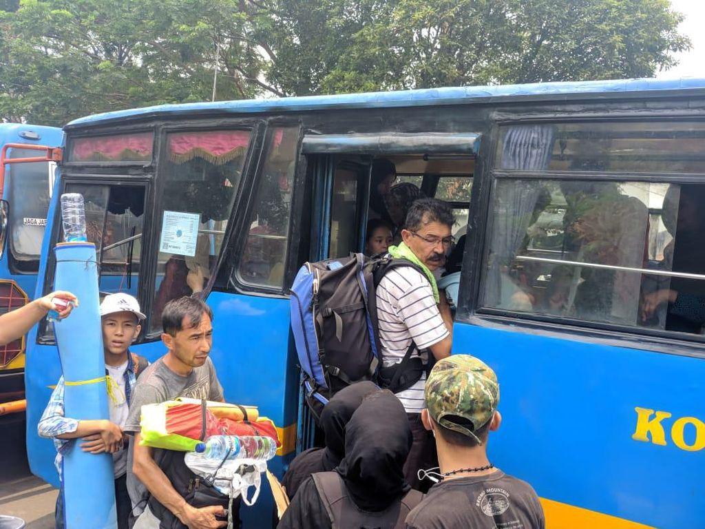 Bus Datang, Pencari Suaka Batal Jalan Kaki dari Kalideres ke Kebon Sirih