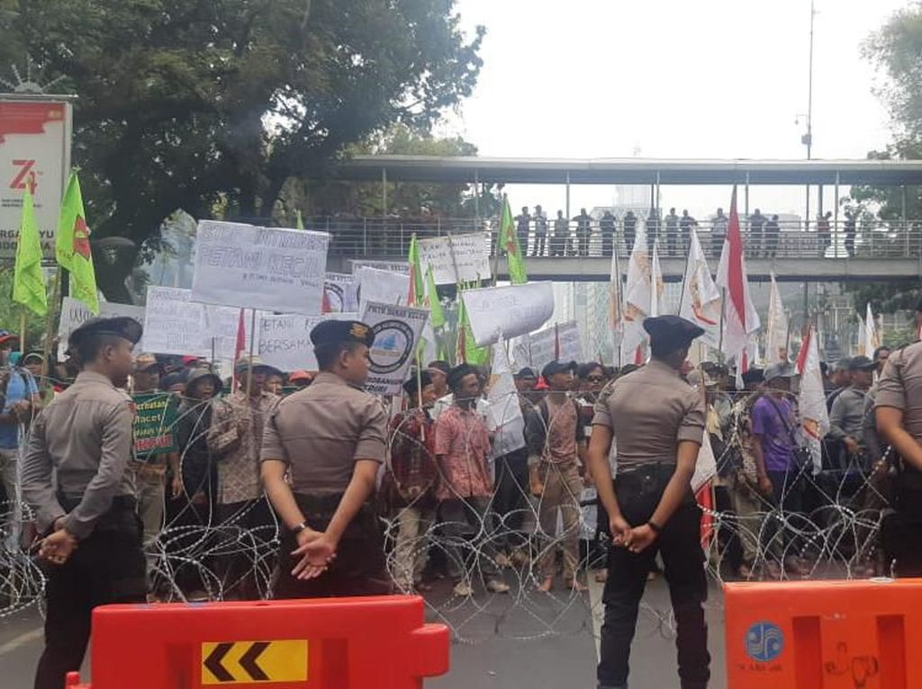 Mau Demo di Istana, Massa Petani Dihalang Kawat Berduri Selepas Patung Kuda