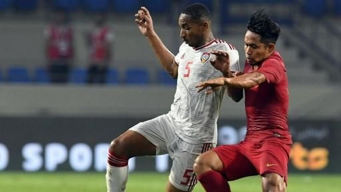 UAEs midfielder Ali Salmeen (L) vies for the ball with Indonesias midfielder Andik Vermansah during the World Cup Qatar 2022 Group G qualification football match between United Arab Emirates and Indonesia at the Al Maktoum stadium in Dubai on October 10, 2019. (Photo by KARIM SAHIB / AFP)
