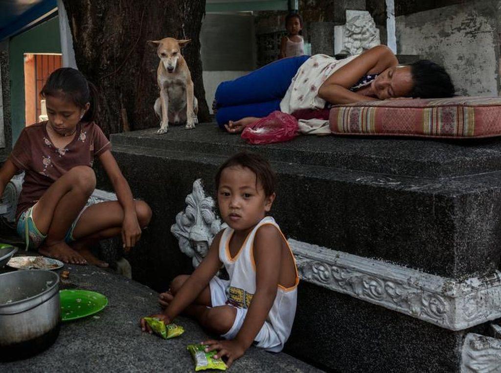Hidup di Antara Orang Mati, Orang-orang Ini Masak dan Makan di Kuburan