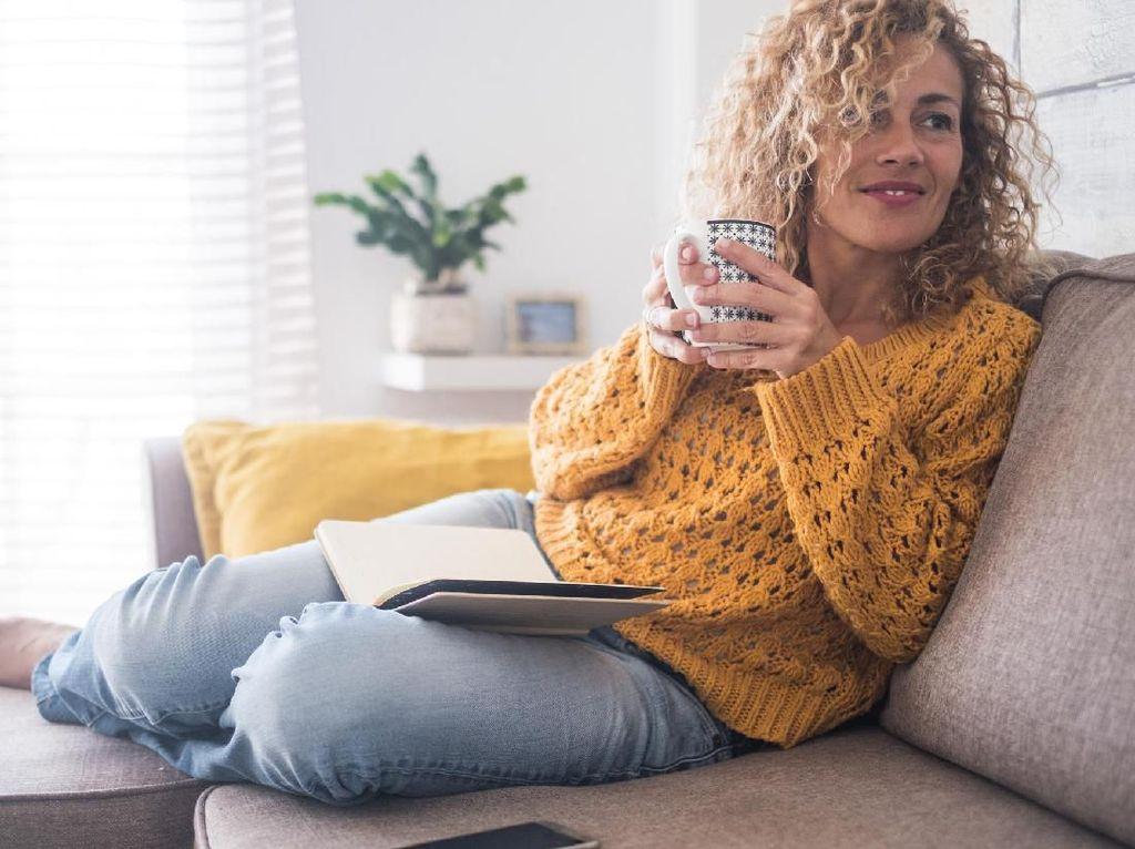 Santai Saat Weekend, Awas 4 Posisi Duduk di Sofa Ini Bikin Sakit Punggung