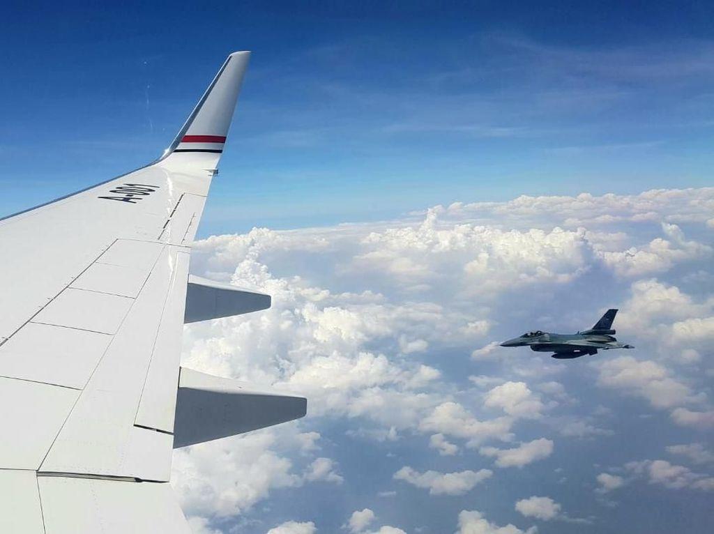 Aksi Jet F-16 TNI AU Iringi Perjalanan Dinas JK