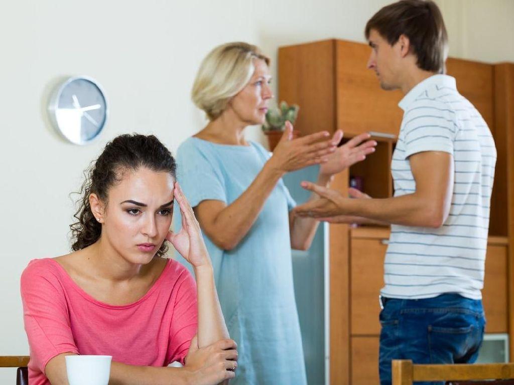 Suami dan Ibu Saling Tak Akur, Harus Bagaimana Menyikapinya?
