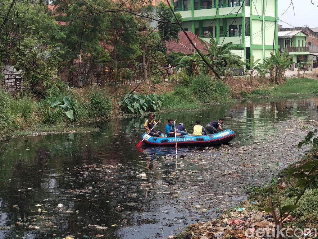 Sungai Cipamokolan Bandung Bau-Menghitam, Oded: DLHK Harus Turun!
