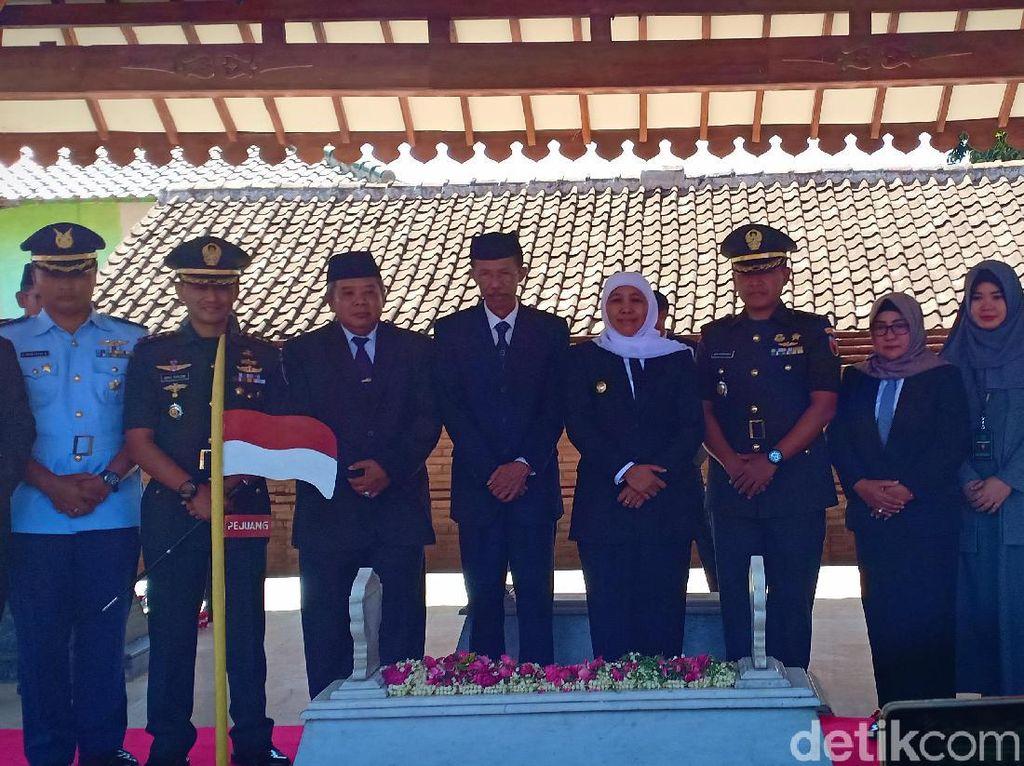 Ziarah ke Makam Gubernur Pertama Jatim, Khofifah Teteskan Air Mata