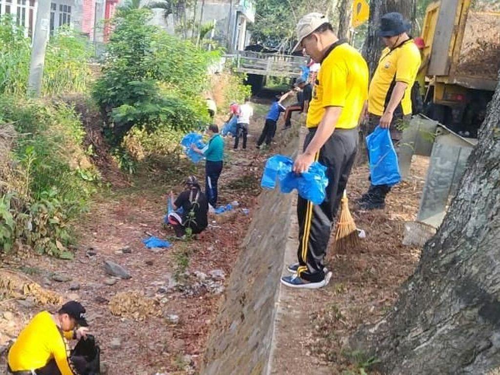 Antisipasi Banjir, Polres Trenggalek Gelar Aksi Bersih Sungai