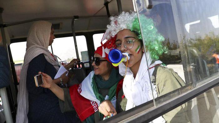 Iran untuk pertama kalinya mengizinkan perempuan menonton sepakbola secara langsung di stadion, saat menghadapi Kamboja di Stadion Azadi dalam lanjutan Kualifikasi Piala Dunia 2022, Kamis (10/10/2019). (Foto: Vahid Salemi/AP Photo)