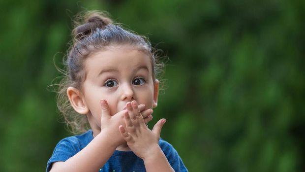 5 Respons Tepat Saat Anak Melihat Orang Tua Bercinta
