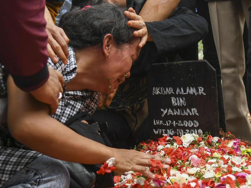 Suasana Duka Selimuti Pemakaman Korban Demo Ricuh di DPR