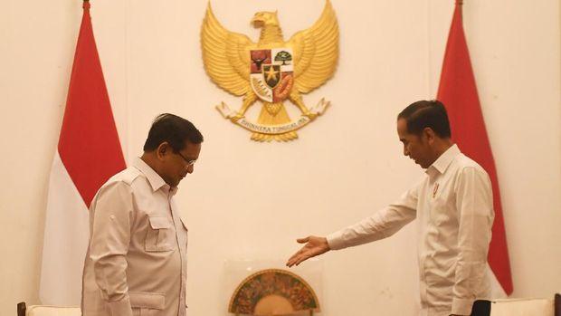 Presiden Joko Widodo (kanan) menyambut kunjungan Ketua Umum Partai Gerindra Prabowo Subianto (kiri) di Istana Merdeka, Jakarta, Jumat (11/10/2019). ANTARA FOTO/Akbar Nugroho Gumay/wsj.