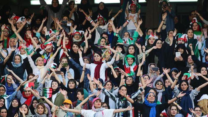 Timnas Iran berpesta 14 gol di laga yang untuk pertama kalinya disaksikan kaum hawa di Stadion dalam 14 tahun terakhir (Foto: Twitter.com)