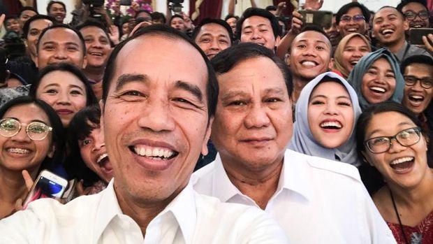 Presiden Joko Widodo bersama Ketua Umum Partai Gerindra Prabowo Subianto berfoto bersama wartawan di Istana Merdeka, Jakarta, Jumat (11/10).