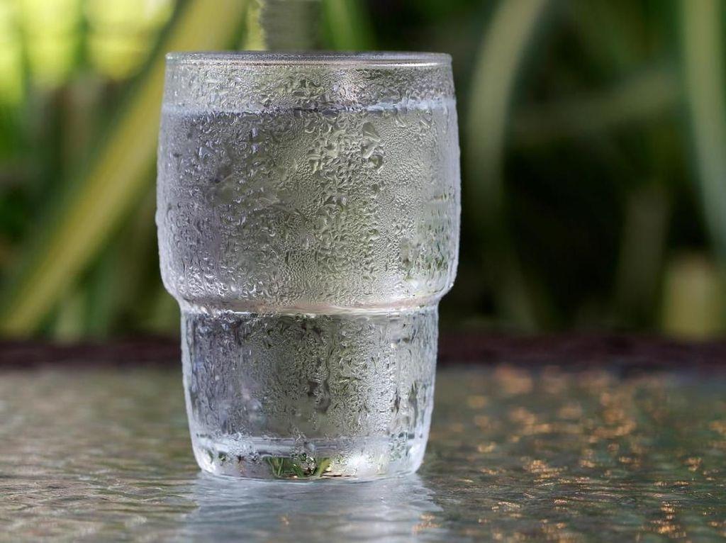 Apakah Minum Air Dingin usai Bangun Tidur Berbahaya?