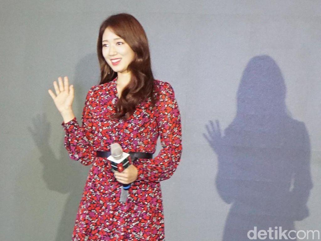 Cantiknya Park Shin Hye Bergaun Merah saat Jumpa Fans di Jakarta