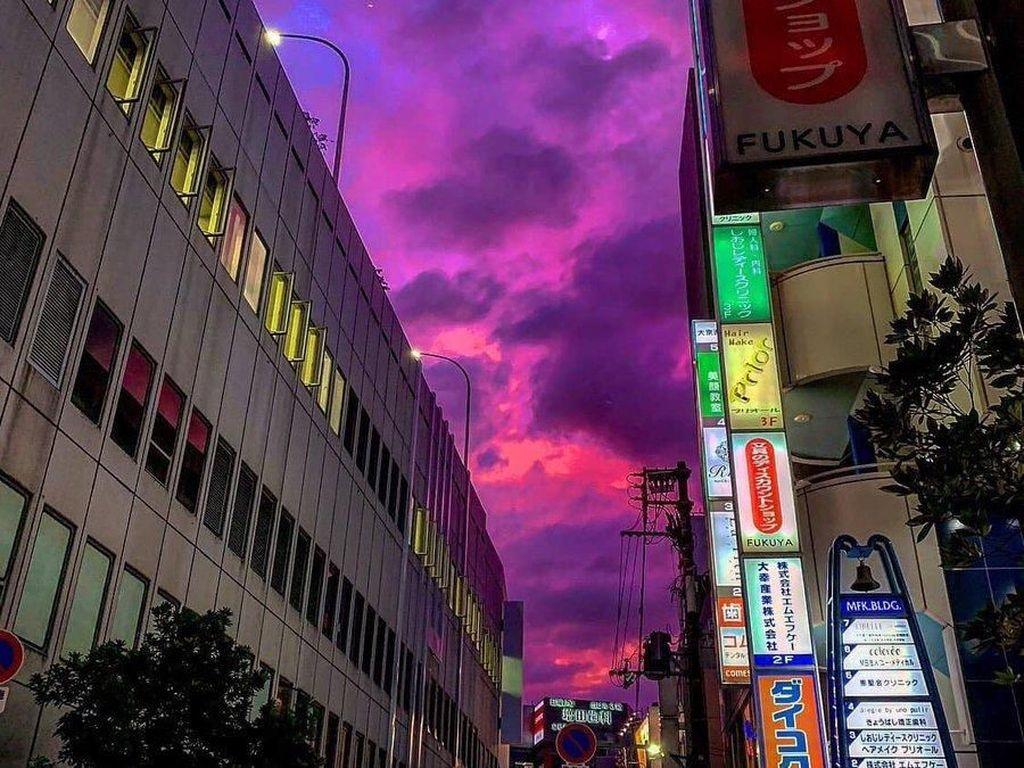 Viral! Langit Jepang Berwarna Pink Sebelum Topan Datang