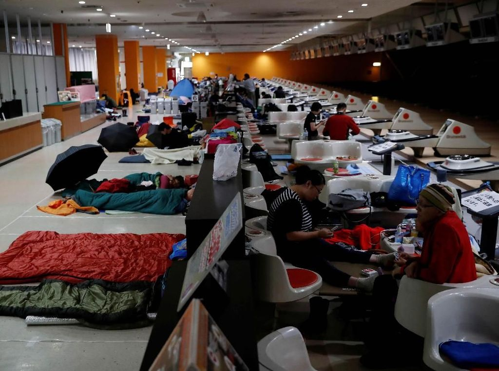 Warga Jepang Ramai-ramai Mengungsi dari Topan Monster