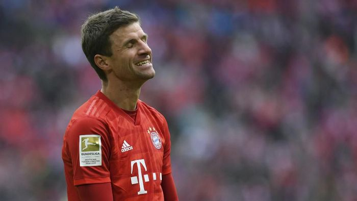 Bayern Munichs German forward Thomas Mueller reacts during the German first division Bundesliga football match FC Bayern Munich vs TSG 1899 Hoffenheim in Munich, southern Germany, on October 5, 2019. (Photo by Christof STACHE / AFP) / DFL REGULATIONS PROHIBIT ANY USE OF PHOTOGRAPHS AS IMAGE SEQUENCES AND/OR QUASI-VIDEO