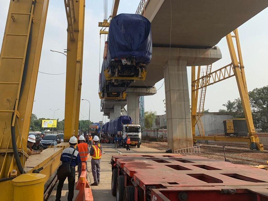 Tiba di Jakarta, Kereta LRT Mulai Diangkut ke Lintasan