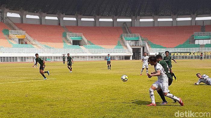 Timnas Indonesia U-19 bermain imbang 0-0 dengan Tira Persikabo di laga uji coba. (Foto: Adhi Indra Prasetya/Detikcom)
