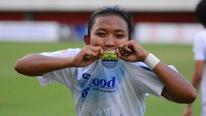 Striker Persib Bandung putri Febriana Kusumaningrum pernah menjadi satpam pabrik. (Foto: ist.)