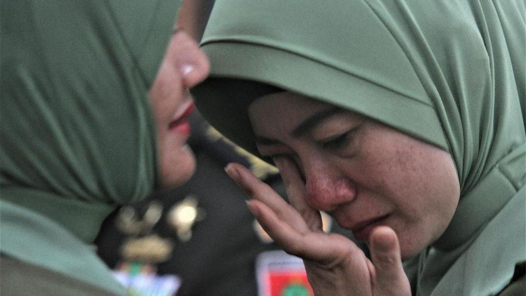 Tangis Istri Kolonel Hendi Usai Suami Dicopot dari Dandim Kendari
