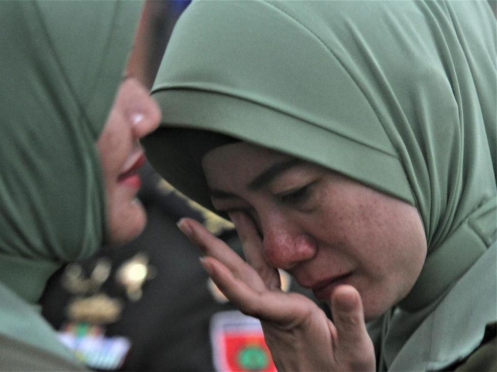 Tangis Istri dan Rangkulan Kolonel HS yang Dicopot dari Dandim Kendari