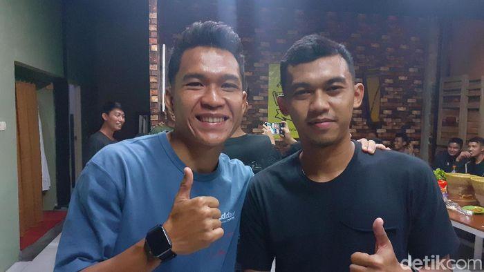 Erwin Ramdani (kiri) bersama rekan setimnya di Persib, Abdul Aziz. (Foto: Yudha Maulana/detikSport)