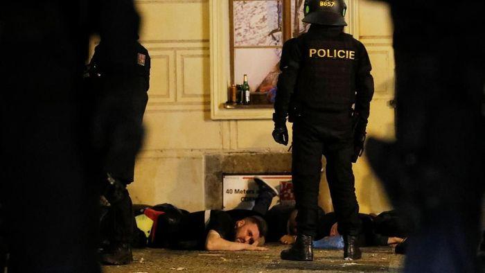 Fans Inggris dilumpuhkan polisi usai berbuat onar di Praha (Foto: REUTERS/Bernadett Szabo)