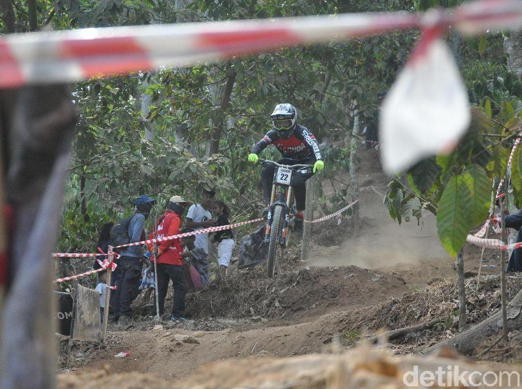 Tiara Andini dan Mukhib Juarai Indonesian Downhill 2019 Kudus