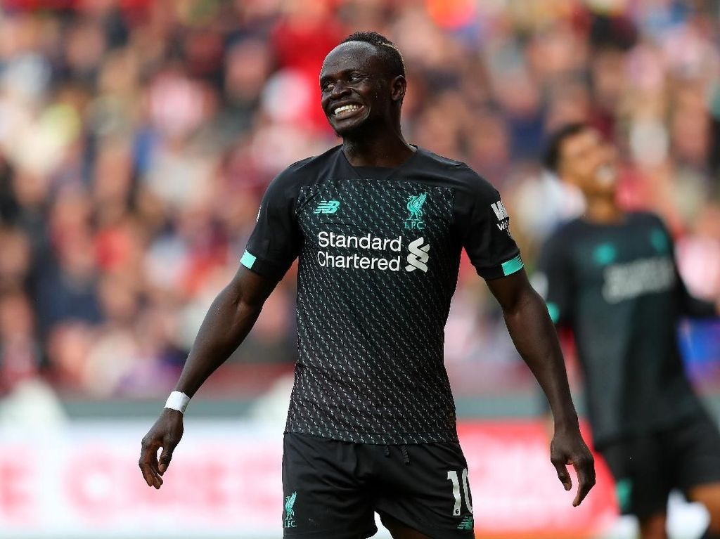 Ketika Sadio Mane Bantu Angkat Barang-barang Tim Senegal
