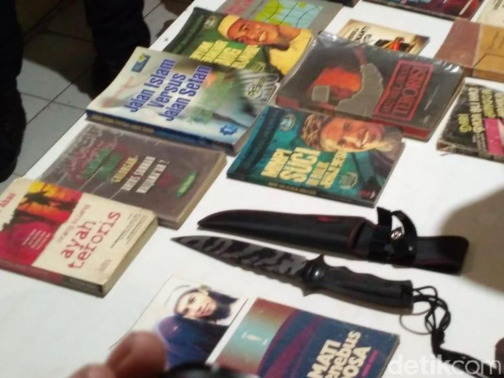 Polisi Pamerkan Barang Bukti Hasil Sitaan dari Kelompok JAD