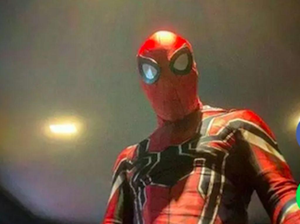 Tom Hardy Pakai Kostum Spider-Man, Peter Parker Pasti Hadir di Venom 2?