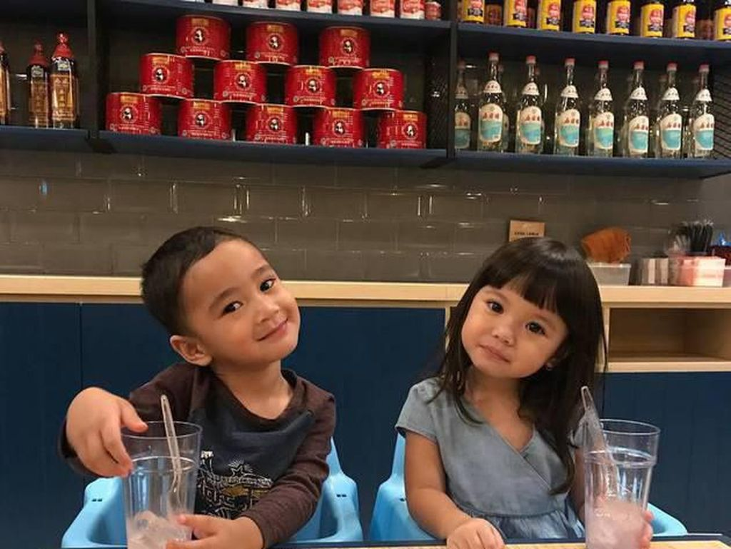 10 Potret Lucu dan Imut Anak Artis Saat Makan yang Bikin Gemas